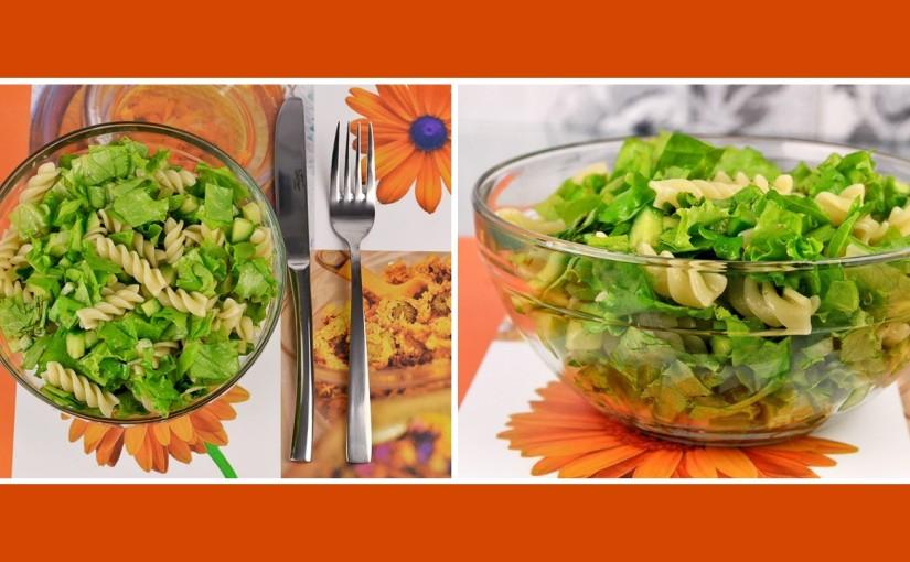 Leichter Nudelsalat mit Gurke und Gartensalat