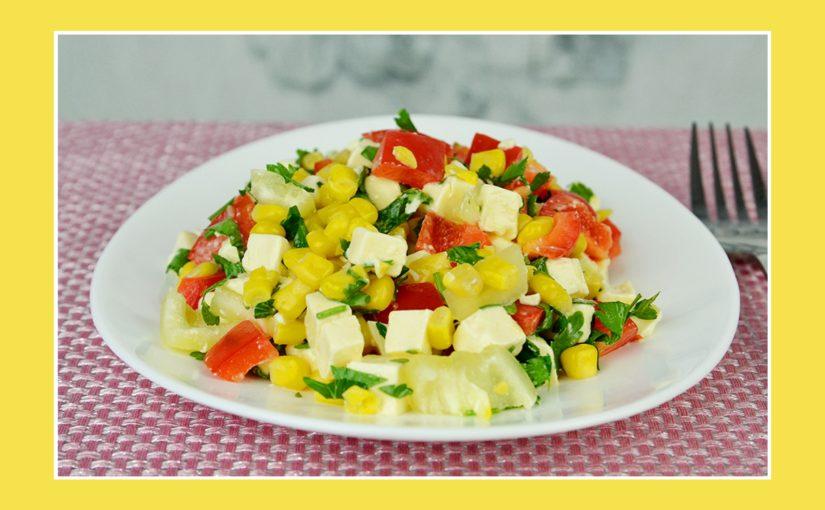 Bunter Salat mit Käse und Mais