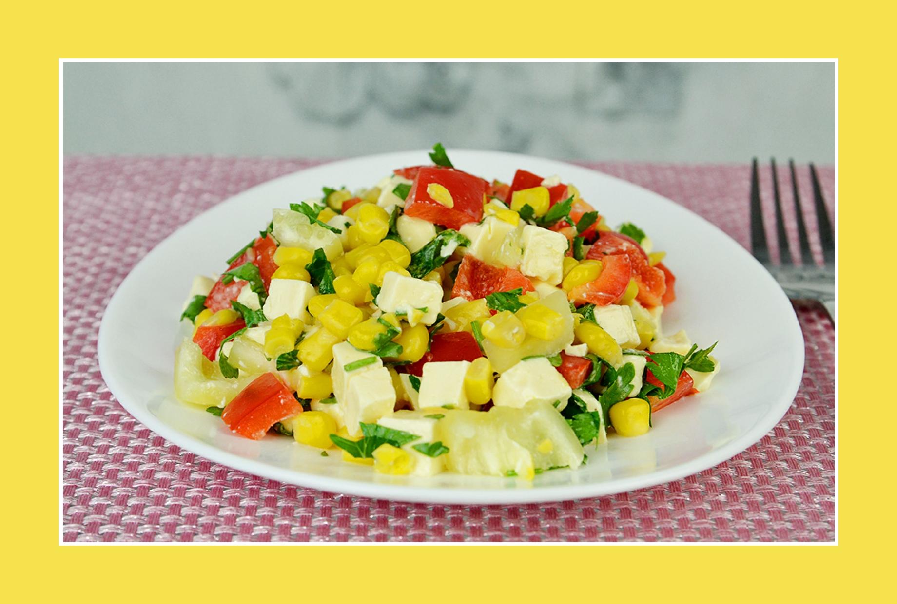 Bunter Salat mit Mais, Paprika, Käse