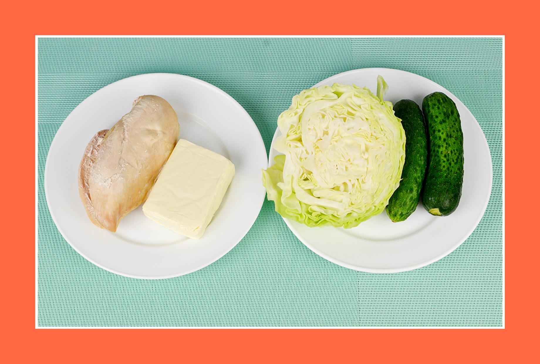 Einfacher Geflügelsalat mit Käse, Gurken, Kohl