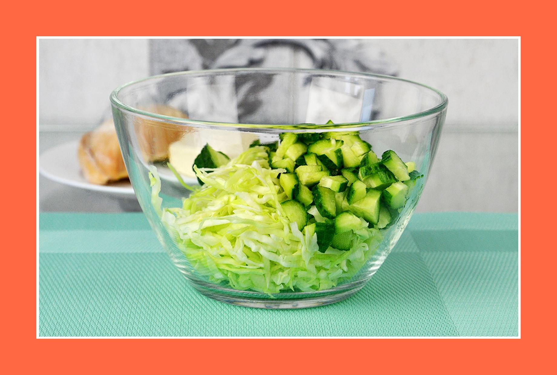 Hähnchensalat mit Gurken und Kohl