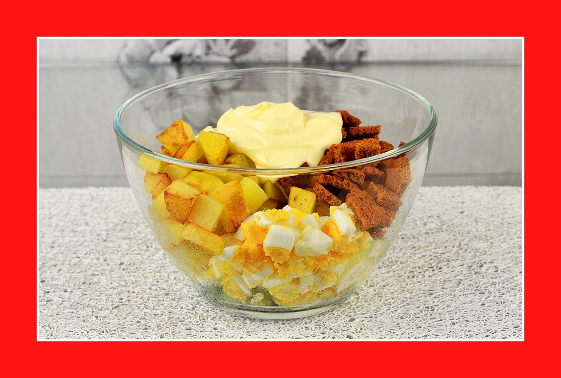 Kartoffelsalat mit Eiern Croutons Mayonnaise Gurken