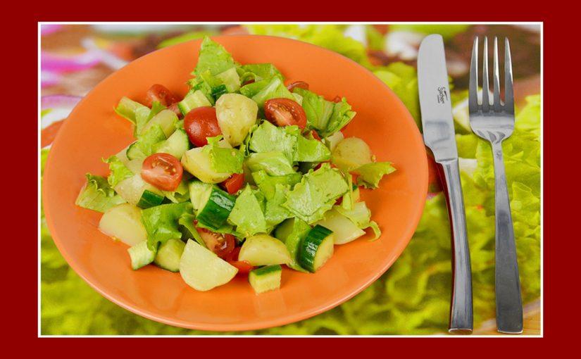 Kartoffelsalat mit Gurken, Eisbergsalat & Cherrytomaten