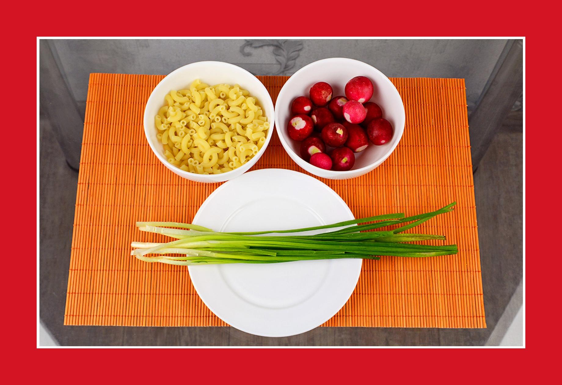 Nudelsalat vegetarisch mit Schnittlauch und Radieschen