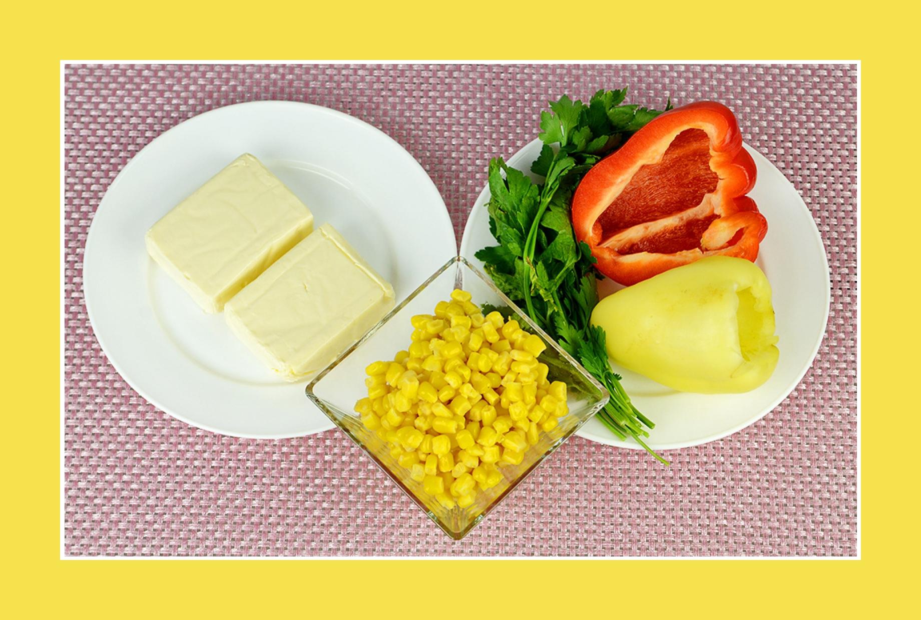 Salat mit wenigen Kalorien mit Paprika, Schmelzkäse, Mais, Petersilie