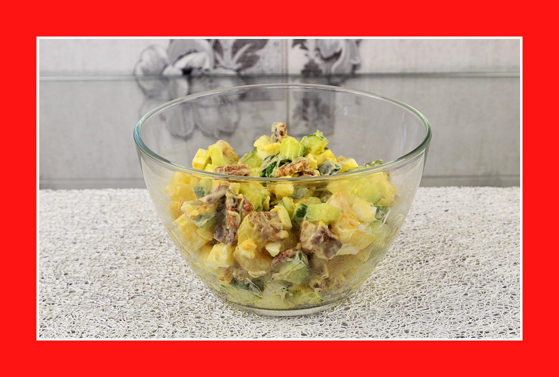 Satter warmer Kartoffelsalat mit Croutons Gurken Eiern