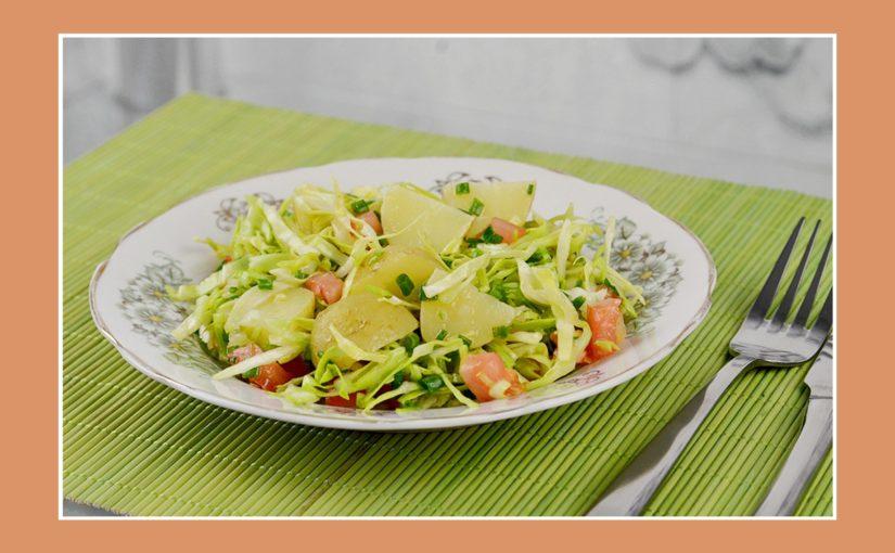 Kartoffelsalat mit Weißkraut und Tomaten für die Grillparty