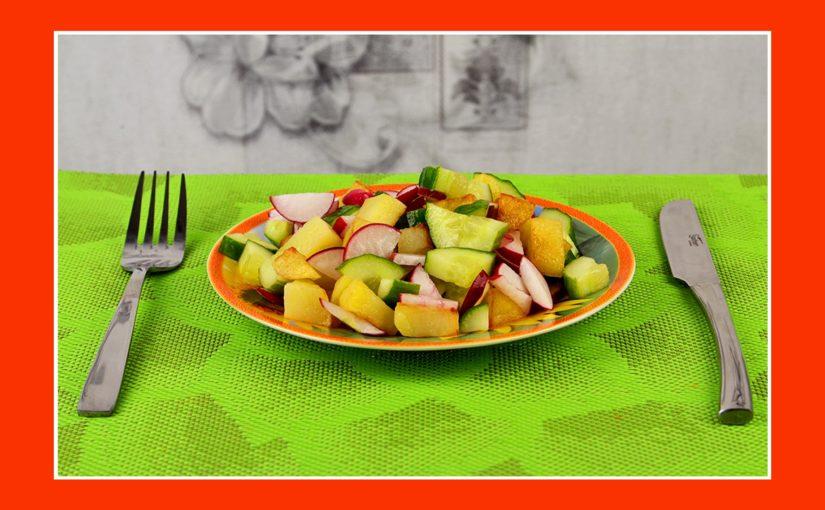 Köstlicher Salat zum Grillen mit Bratkartoffeln, Radieschen und Gurken